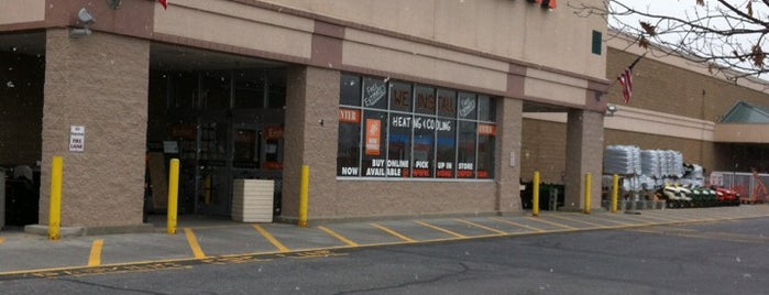 The Home Depot is one of Tempat yang Disukai Matt.