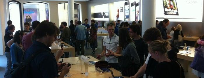 Apple Via Rizzoli is one of Top 100 Check-In Venues Italia.