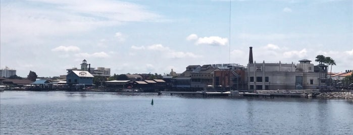 Disney Springs is one of Tempat yang Disukai Daniel.