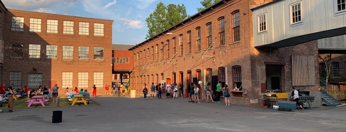 Building 6 at Mass Moca is one of IrmaZandl 님이 좋아한 장소.