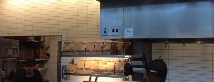 Chipotle Mexican Grill is one of Lugares favoritos de Julia.