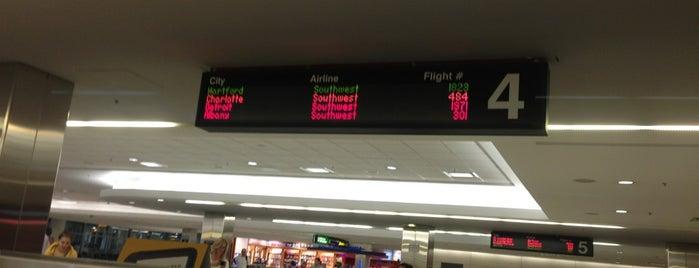 BWI Baggage Claim 4 is one of Orte, die Jonathan gefallen.