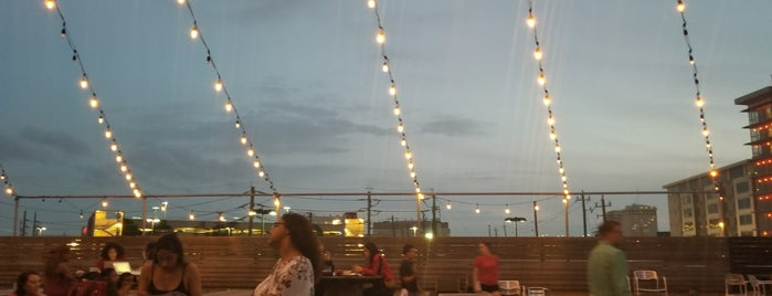 Calhoun's Rooftop Bar & Grill is one of Rooftops.