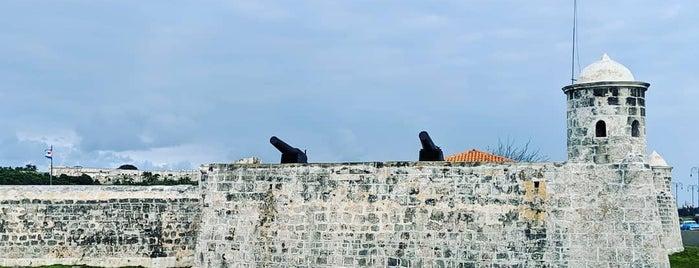 Fortaleza San Carlos de la Cabaña is one of Posti che sono piaciuti a Carl.
