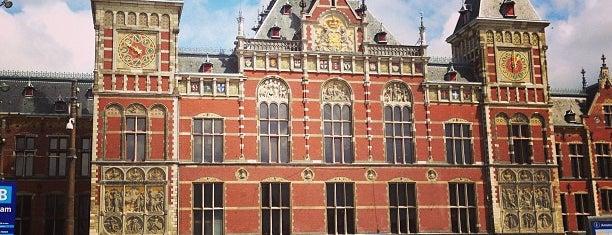Estação Central de Amsterdãm is one of Lugares donde estuve en el exterior.