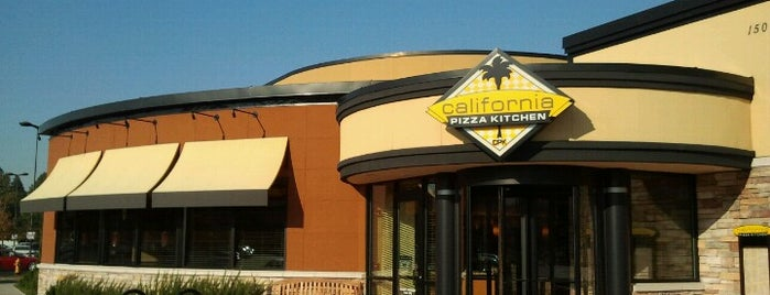 California Pizza Kitchen is one of Tempat yang Disukai Kari.