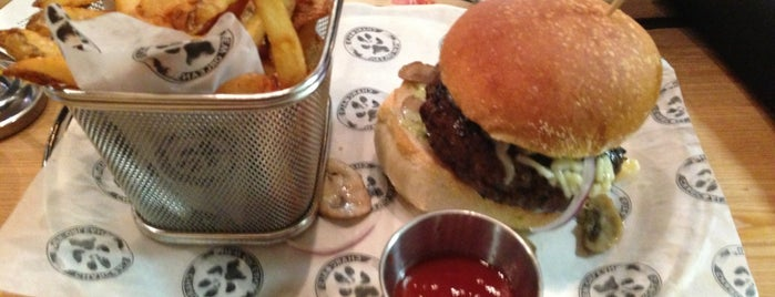 Charcoal's Gourmet Burger Bar is one of Posti salvati di Christopher.