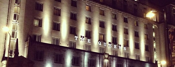 Queen's Hotel is one of Lieux qui ont plu à Chris.