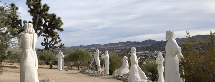 Desert Christ Park is one of Palm Springs to-do🌞🦕🌵🍹.