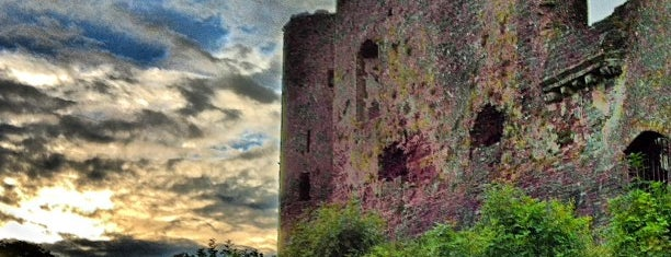 Laugharne Castle is one of Tempat yang Disukai Carl.