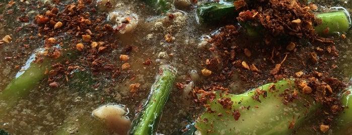 ราดหน้ายอดผัก เอ็มไพร์ ตลาดโต้รุ่งพระปิ่น3 is one of สถานที่ที่ farsai ถูกใจ.