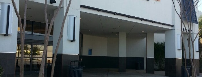 Paddock Mall is one of สถานที่ที่ Emyr ถูกใจ.