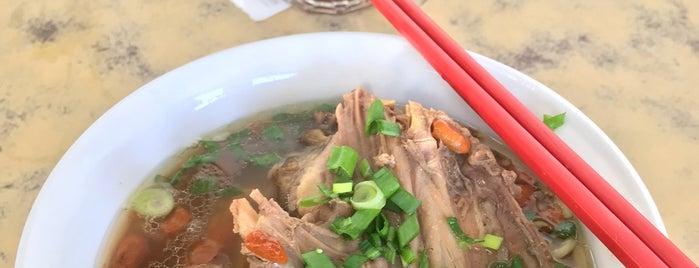 杨威美食中心 is one of Lugares favoritos de Chuah.