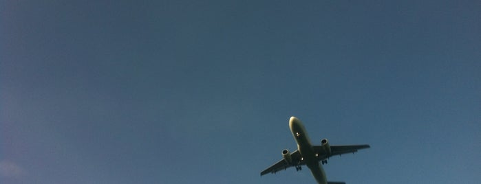 Vyhlídka na přistávající letadla is one of Planespotting v Praze.