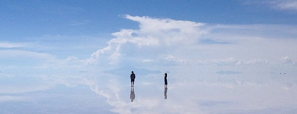 Salar de Uyuni is one of Lugares.