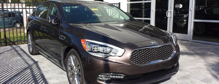 Greenway Kia West is one of Lugares favoritos de Annette.