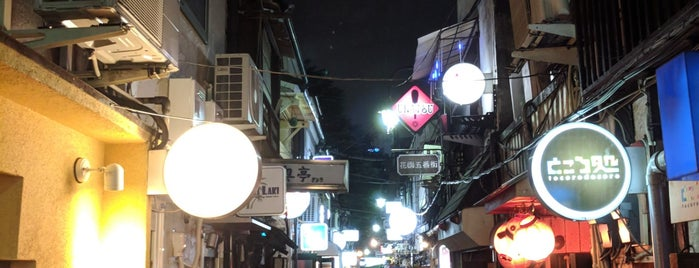 Shinjuku Golden-gai is one of Orte, die Chris gefallen.
