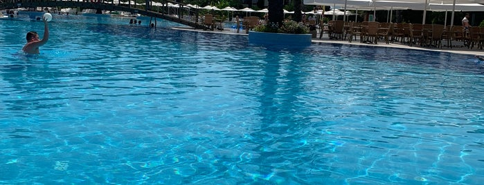 Queen's Park Resort Swiming Pool is one of Locais curtidos por Алина.