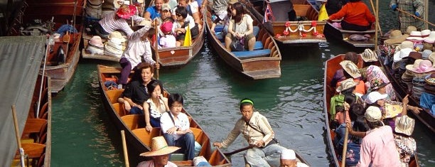 Damnoen Saduak Floating Market is one of Bangkok.