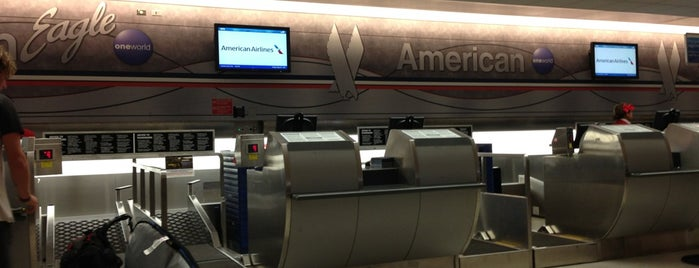 American Airlines Check-in is one of Orte, die Val gefallen.