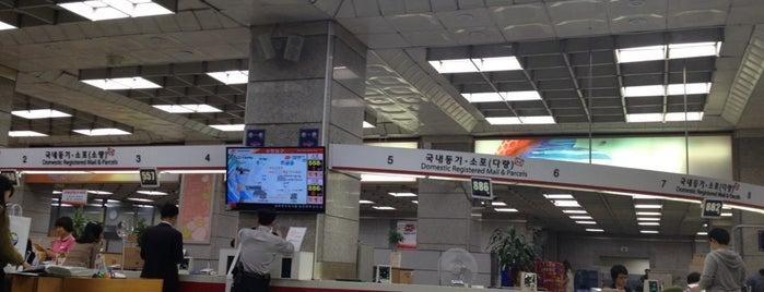 Gwanghwamun Post Office is one of Locais curtidos por JiYoung.