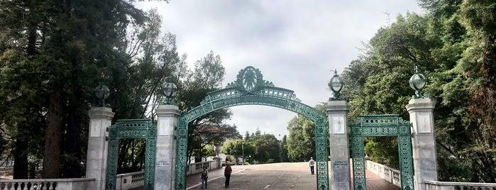 Sather Gate is one of สถานที่ที่ David ถูกใจ.