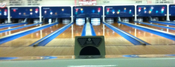 V&S Elmwood Lanes is one of Lugares favoritos de Christopher.