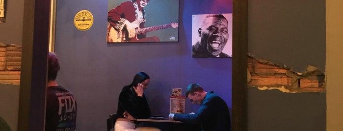 Pistol Pete's Food & Blues is one of Tempat yang Disukai Brad.