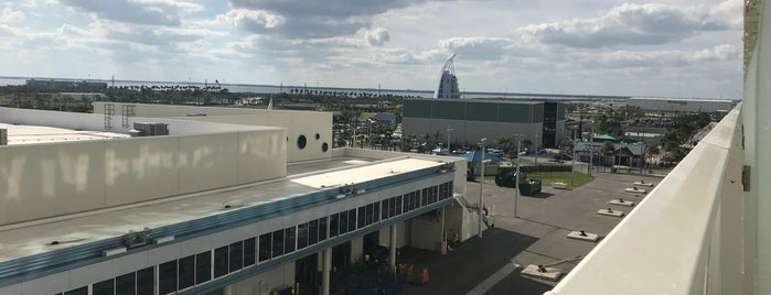 Port Canaveral Cruise Terminal 1 is one of Claudiaさんのお気に入りスポット.