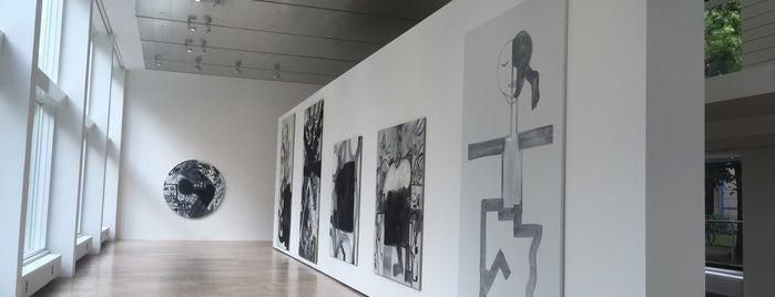 Capitain Petzel Gallery is one of สถานที่ที่ Lora ถูกใจ.
