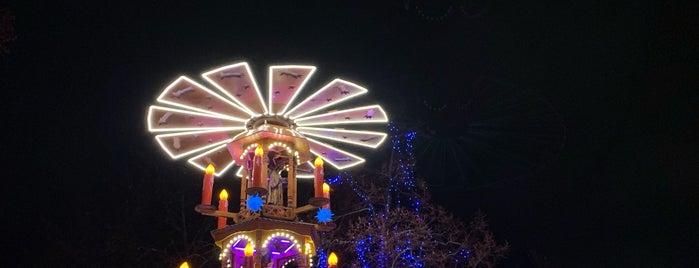 """Potsdamer Weihnachtsmarkt """"Blauer Lichterglanz"""" is one of Tempat yang Disukai Jon."""