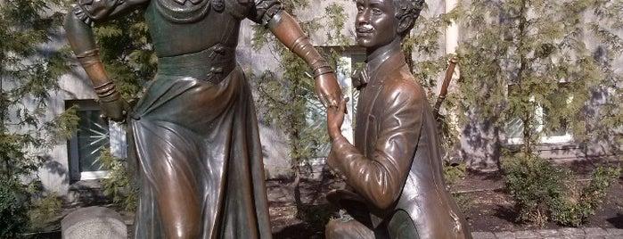 Памятник Проне Прокоповне и Голохвастову is one of Locais curtidos por Illia.
