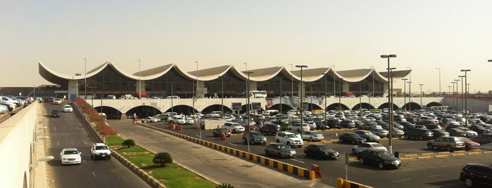 King Abdulaziz International Airport (JED) is one of สถานที่ที่ TARIK ถูกใจ.