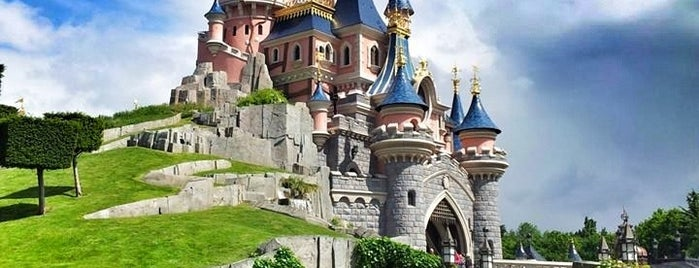 Disneyland® Paris is one of Lugares favoritos de Merve.