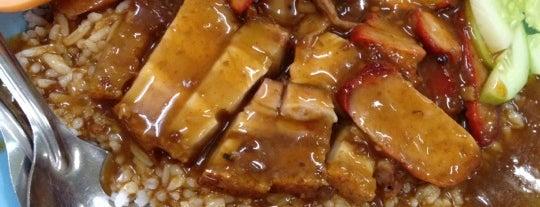 ข้าวหมูแดง สีมรกต is one of Torzin Sさんのお気に入りスポット.
