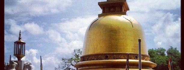 Dambulla Rock Temple and Golden Temple is one of สถานที่ที่ Zsolt ถูกใจ.