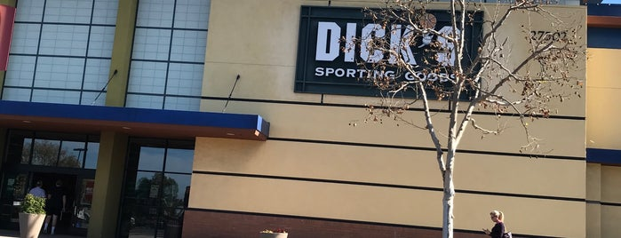 DICK'S Sporting Goods is one of Tempat yang Disukai Scott.