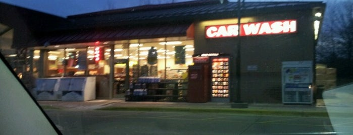 Holiday Gas Station is one of Locais curtidos por Kristen.
