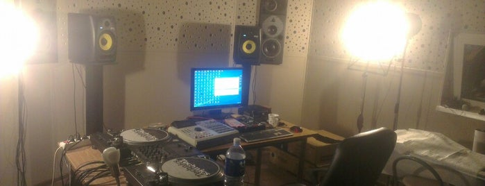 Dee&Kamy Studio is one of Orte, die Justinas gefallen.