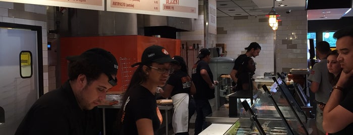 Blaze Pizza is one of Lieux sauvegardés par Lizzie.