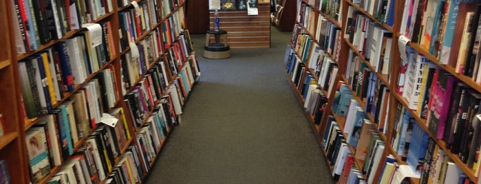 Harvard Book Store is one of Tempat yang Disimpan Edward.