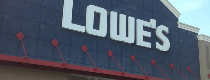 Lowe's is one of Tempat yang Disukai Mitch.