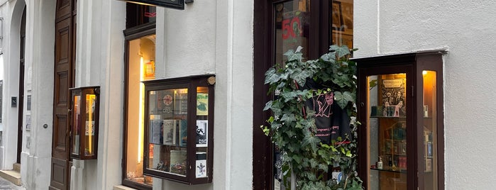 Shakespeare & Company Booksellers is one of my wien.