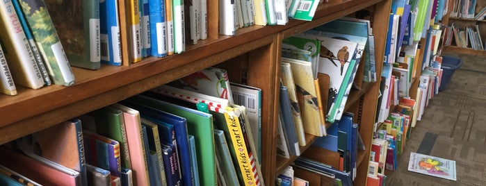 Cedar Mill Community Library is one of Orte, die Zivit gefallen.