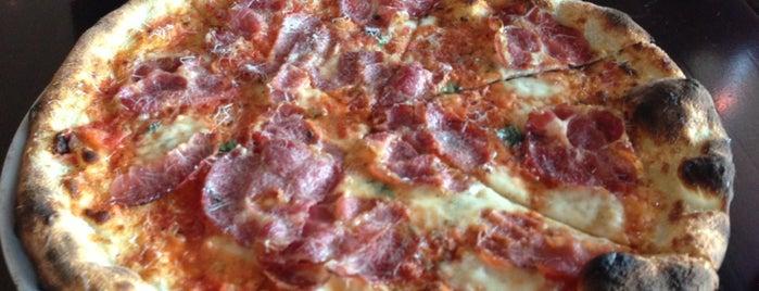 Varasano's Pizzeria is one of Orte, die Scott gefallen.
