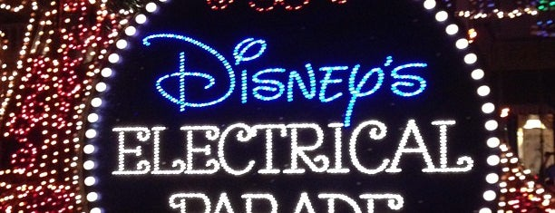 Main Street Electrical Parade is one of Orte, die M. gefallen.
