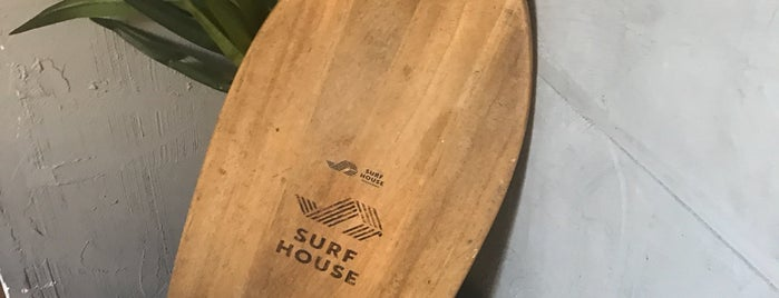 Surf House Barcelona is one of Tempat yang Disukai Emre.