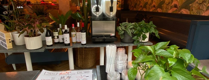 Ruby's Café is one of Locais curtidos por Zviad.