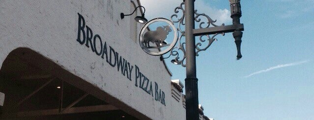 Broadway Pizza Bar is one of Locais curtidos por Donna.