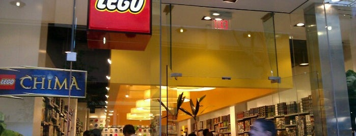 The LEGO Store is one of Tempat yang Disukai keith.